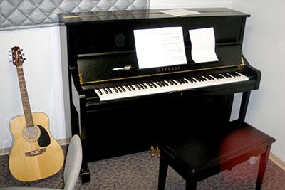 Yamaha U1 in a practice room